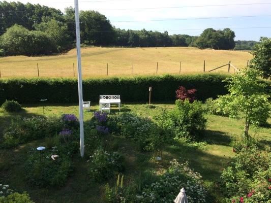 Utomhus - Trädgården söder med trädgårdsmöbler