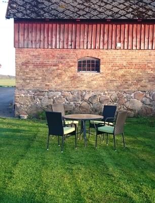 Terrass - Uteplats med utemöbler, grill och parasoll.