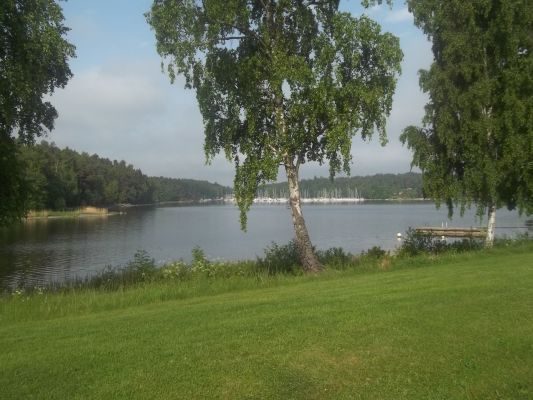 På sommaren - 5 minuter gångväg från huset finns Södergarn med sina äppelträd och badbryggor