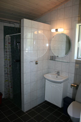 Badrum - helkaklat badrum med dusch