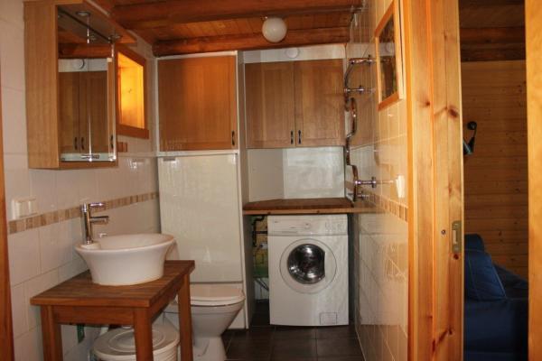 Badrum - Badrum med tvättmaskin och skötbord