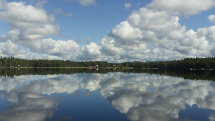 på sommaren - en kanutur på sjön