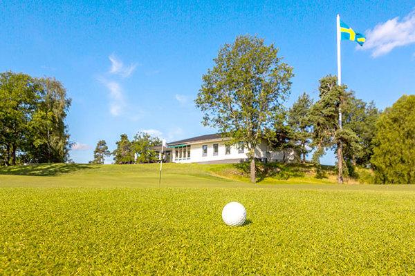 på sommaren - 3 golfbanor i närheten - en är granne med kungens residens, Drottningholm.