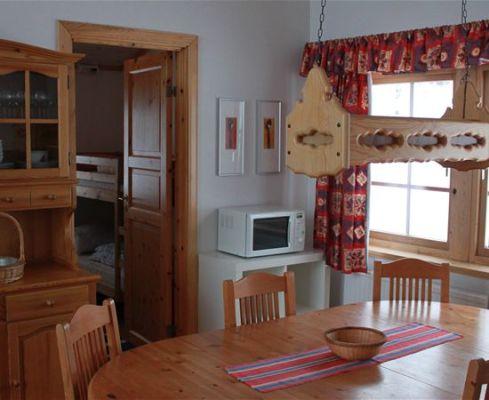 Kök - På andra sidan köksdelens matplats ligger två sovrum.