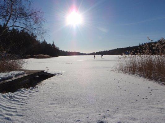 På vintern - Sjön med skridskoåkning