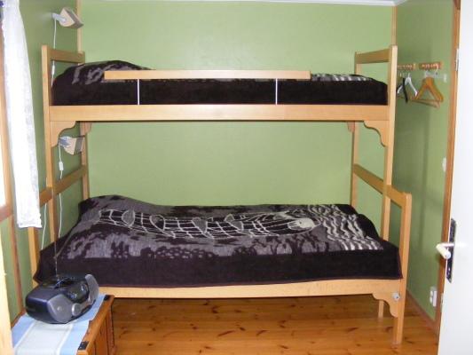 Sovrum - Separat sovrum med våningssäng 80/120 x 200 cm. Extrasängen kan ev. placeras i samma rum.
