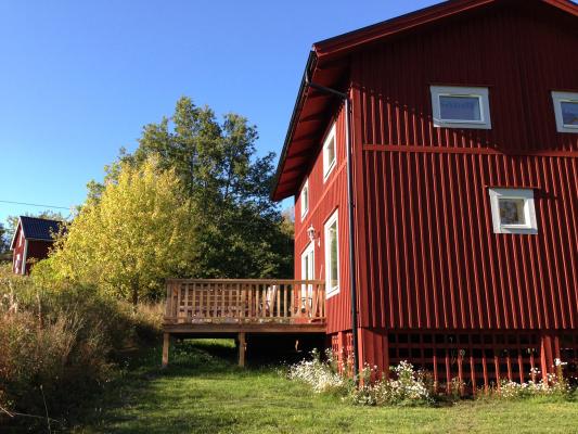 På sommaren - Röda trähus med altan byggda 2012