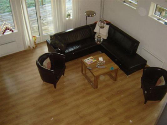 Interiör - stor soffa i allrummet