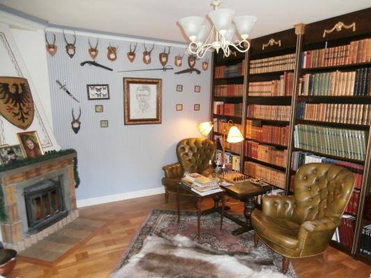 Interiör - Bibliotek med braskasett.