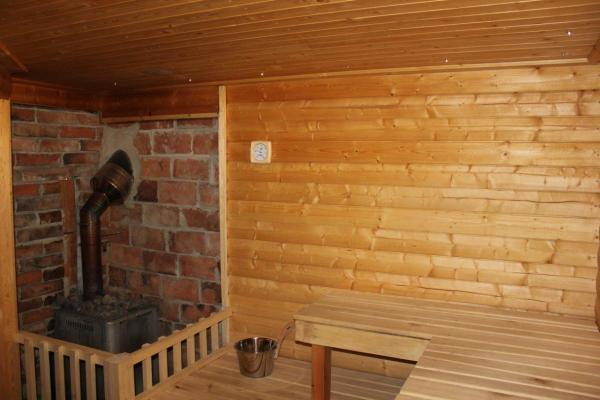 Interiör - Vedeldad bastu som eldas från vardagsrummet