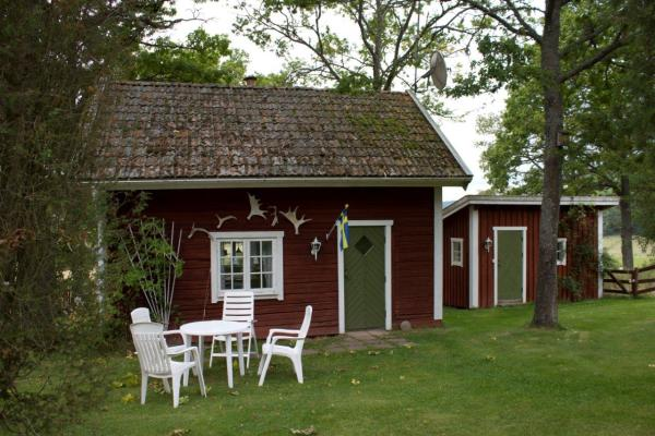 På sommaren - Egen trädgård med utemöbel och grill.