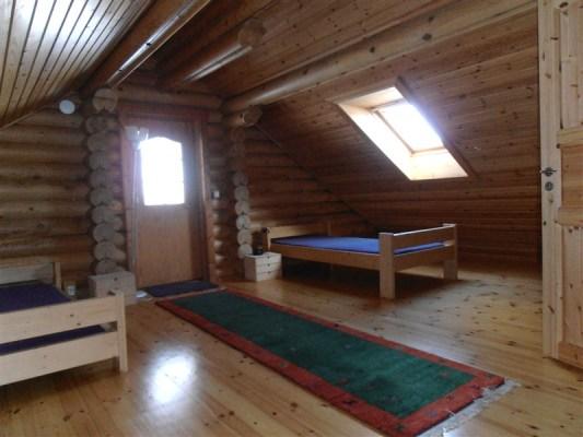 Sovrum - Rum på övre våningen. Takfönster och liten balkong. Friskt och fräscht. Mycket bra luft.