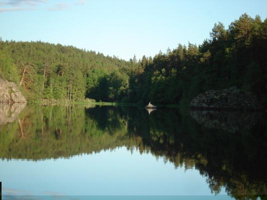 på sommaren - Vy över Marviken från kanot