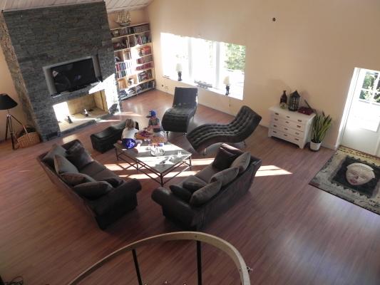 Vardagsrum - foto taget från övervåningen