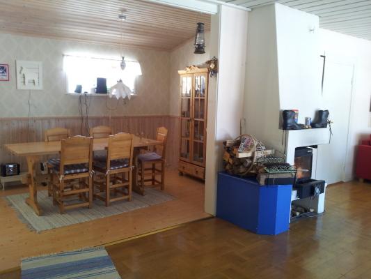 Interiör - Matplats och öppenspis.