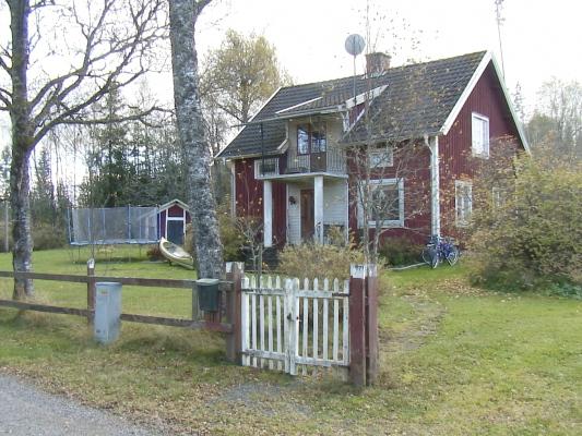Utomhus - Huset sett från byvägen.