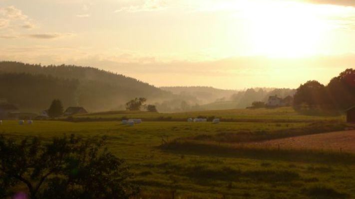 Terrass - Utsikten från vår terass en vanlig sommarkväll med solnedgången i fjärran.