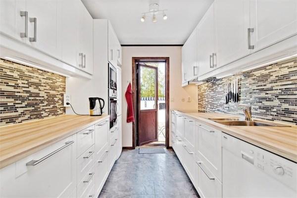 Kök - Fullt utrustat kök med porslin, kastruller och all annan köksutrustning.
