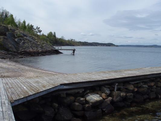 på sommaren - Vid setnarna växer tång och där trivs krabborna. På bryggan ligger barn och vuxna och fångar krabbor. Det är sommar!