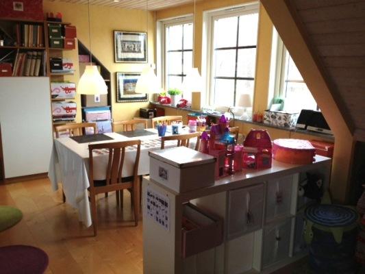 Vardagsrum - Vardagsrum/lekrum ovanvåning. Stort bord med plats för 7 personer. Vi använder bordet till pyssel, måla, rita samt spela spel. Men visst kan man sitt och äta där med om man känner för det :) Vi är tacksamma om ni använder eget pysselmaterial så att barnens pennor/pärlor/klister/glitter m.m. finns kvar när vi kommer hem...