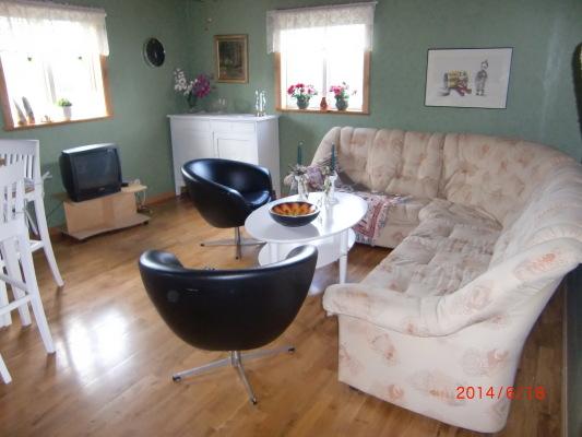 Vardagsrum - Stort allrum med soffa och 2 nyinköpta sängar år 2015.