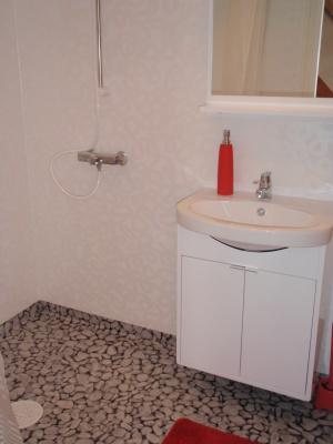 Badrum - Badrum med dusch, WC, tvättställ och Golvvärme.