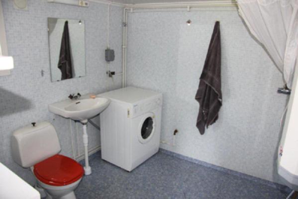 Badrum - toalett med tvättmaskin / kommunalt vatten