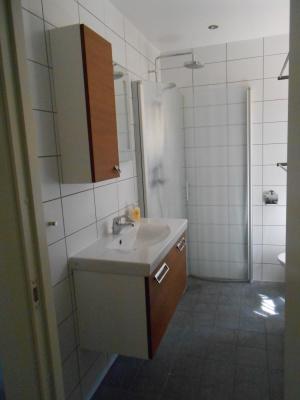 Badrum - Badrum med kombinerad tvättmaskin och torktumlare.
