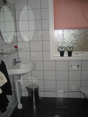 Badrum - Nykaklat badrum. WC och dusch. Golvvärme finns i badrummet.