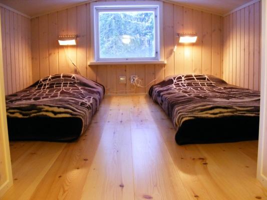 Sovrum - Sov-loft med 2 bäddar. Extramadrasser finns vilket kan ge ett bäddmått på totalt 220X200 cm.