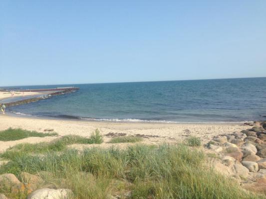 på sommaren - Utsikt mot strand o hav från terrass