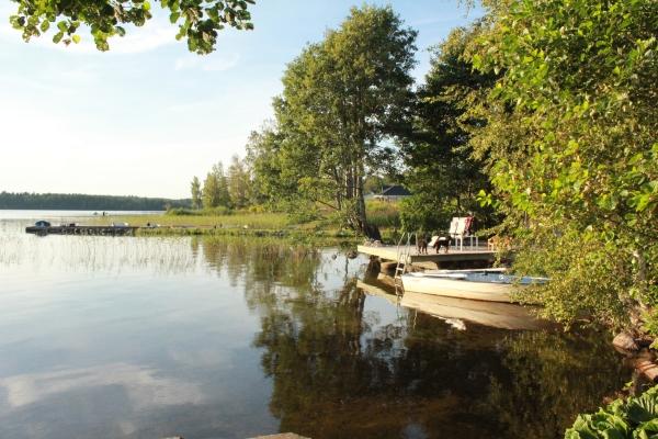 på sommaren - Badplats med båt som ingår i hyran.