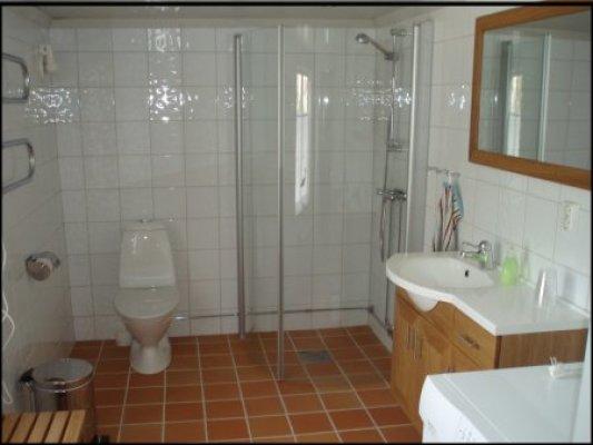 Badrum - Modert badrum med dusch och WC.