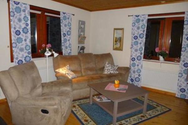 Vardagsrum - vardagsrum med 3 sits soffa med recliner i bägge yttre sittplatserna + fåtölj med recliner.
