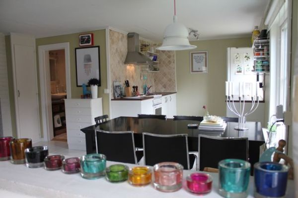 Kök - Överblick över matplatsen och köket, till vänster ser ni ingången till badrummet.