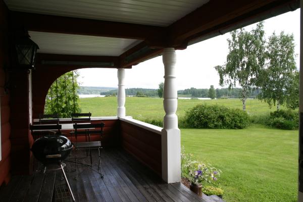 Terrass - Verandan med bord och stolar och grill så klart. 2 st solstolar finns på tomten och en härlig gammal träsoffa vid gaveln med hela landskapet framför dig.