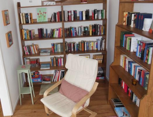 Wohnzimmer - vom Wohnbereich abgehende kleine Bibliothek