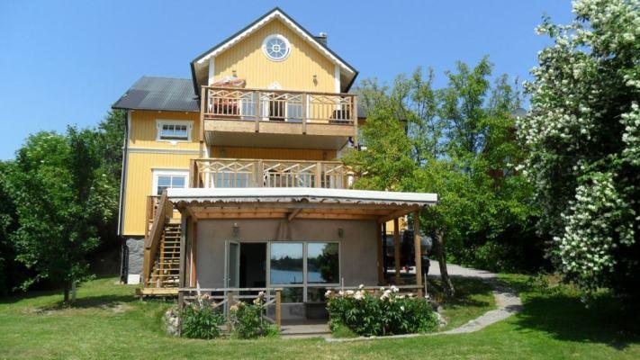 På sommaren - Mark-terrassen med tak tillhör lägenheten