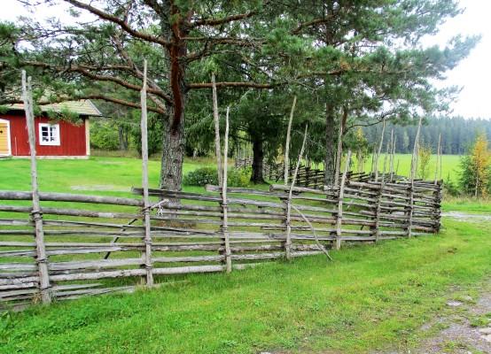 På sommaren - Det genuina trästaketet förstärker torp miljön.