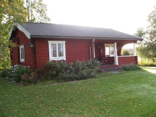 På sommaren - Solstugan hälsar dig välkommen. En härlig veranda med skön kvällssol under tak med utsikt öven Sörsjön.
