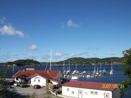 på sommaren - Lyckorna Brygga restaurang, belägen ca 500m från Lillstugan.