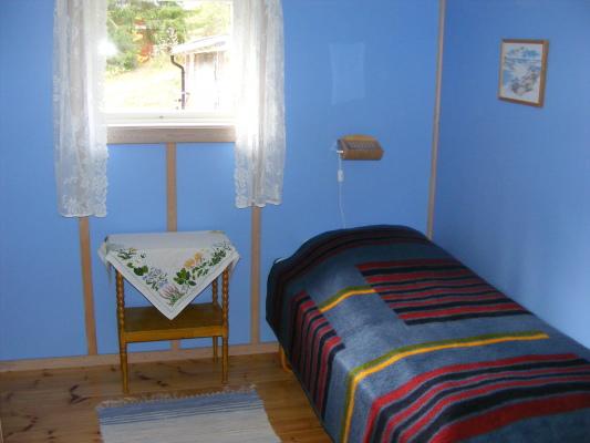 Sovrum - Separat sovrum med enkelsäng 90X200 cm. Extrasängen kan ev. placeras i samma rum.