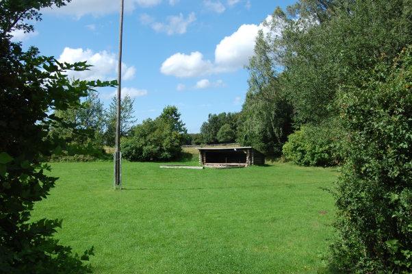 på sommaren - trädgård med vindskydd och grillplats