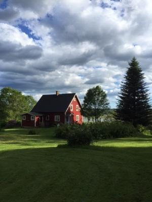 På sommaren - Huset ligger fint på en kulle med utsikt över Hjärtaredssjön.
