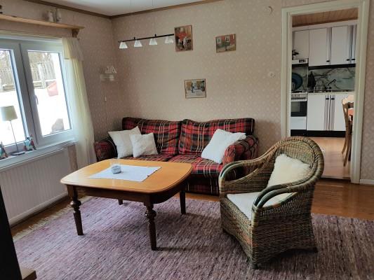 Wohnzimmer - Helles Wohnzimmer mit Zugang zur Küche, Schlafzimmer, Diele und ausgebautem Boden