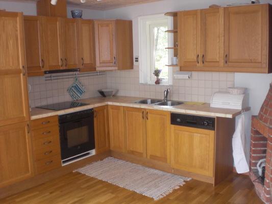 Kök - Köket till höger om matplatsen. Fullt utrustat.