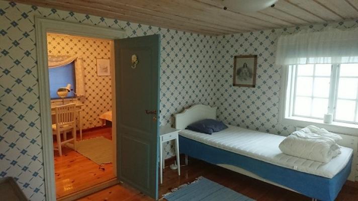 Sovrum - De två sovrummen på nedre botten. Ett med dubbelsäng på 180 cm som går att dela. Bilden stämmer ej i nuläget då nya sängar inte har kommit på plats ännu. Det andra rummet har en enkelsäng på 90 cm.