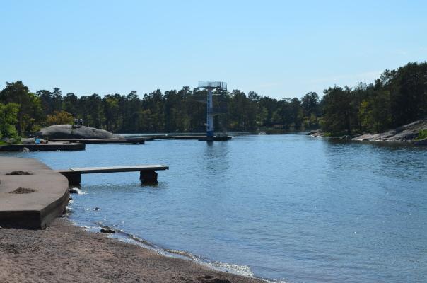 på sommaren - Gunnarsö, Oskarshamn, fantastiskt vackert havsbad, barnvänligt med brygga och hopptorn, 30 minuter med bil från stugan.